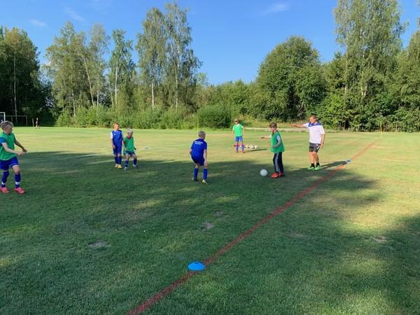 Teknik och spelförståelse i fokus på Peses fotbollsskola