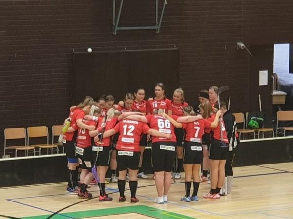 """Factor parempi """"miekkailu sählyssä"""" Kuopion parketilla 7-4 naisten II divarissa."""