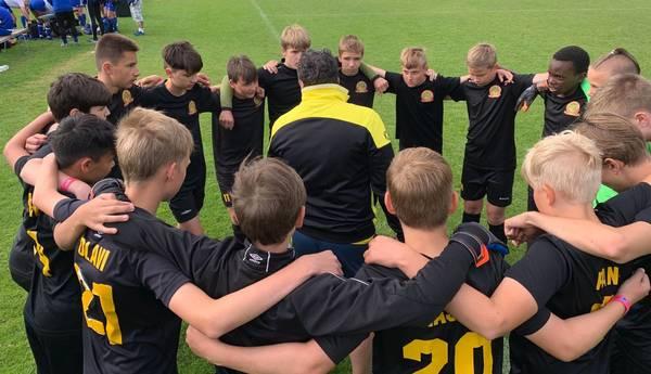 Joukkue keskittyy valmentajan johdolla tulevaan otteluun.