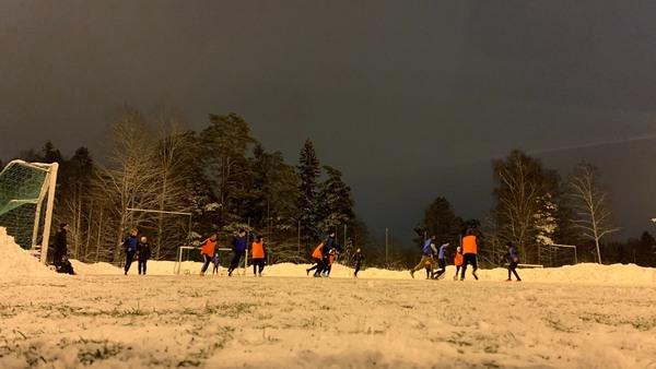 Treenit sujuu myös talvisella Pitskun kentällä.