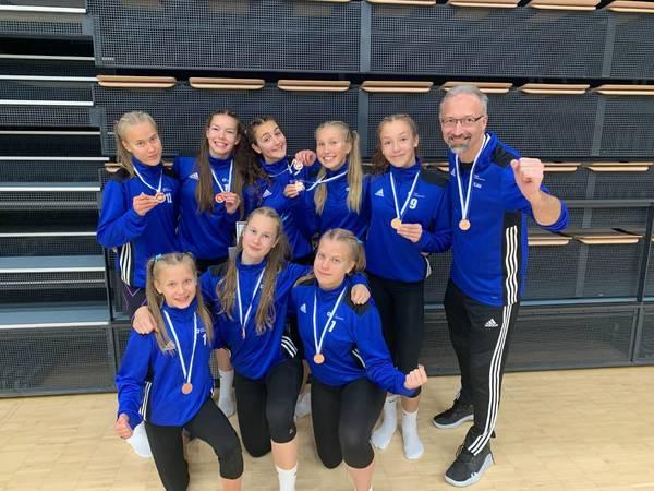 Puman C-tyttöjä voittamassa viikonloppuna SM-pronssia